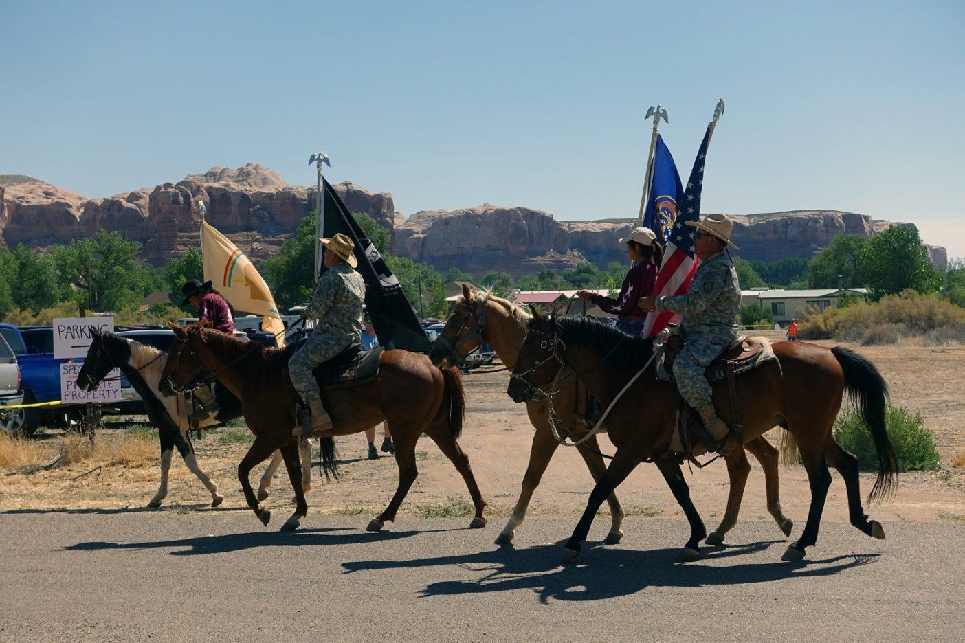 ベアーズ・イヤーズの〈インター・トライバル・コーリション〉からの退役軍人が馬に乗って参加。それは感情に訴える瞬間だった。Photo: Joe Ballandby