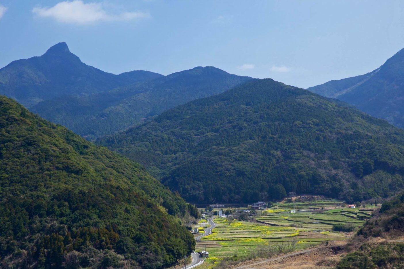 虚空蔵山の麓、石木川のほとりにある川原地区。春は菜の花が咲き誇る。写真:村山嘉昭