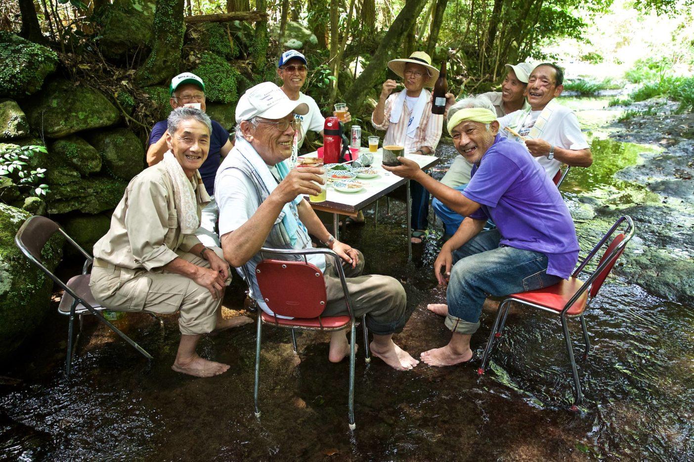 お盆前。石木川の支流で開かれた宴。写真:村山嘉昭