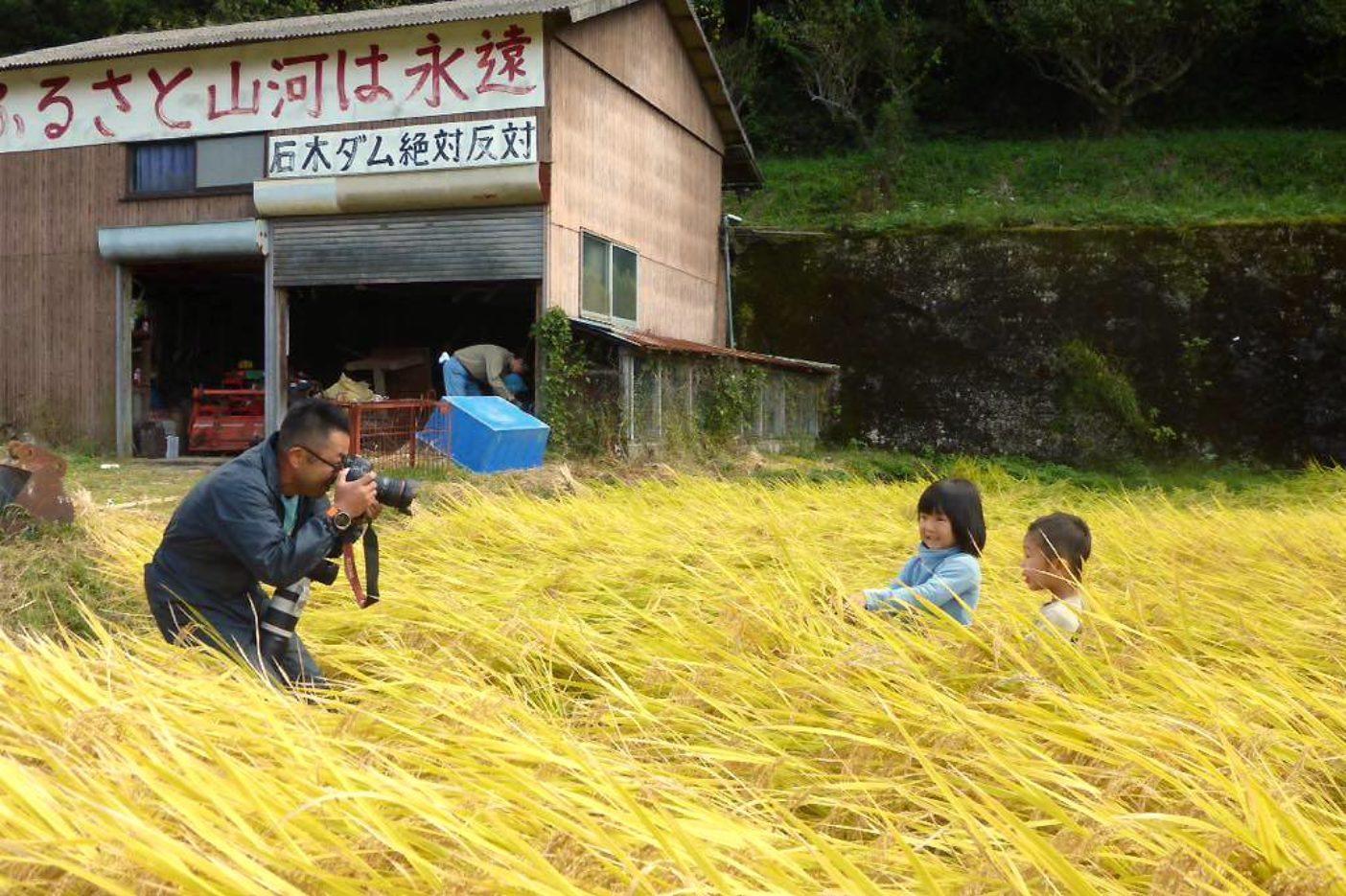 川原地区で取材中の著者。Photo: ISHIMARUHOZUMI