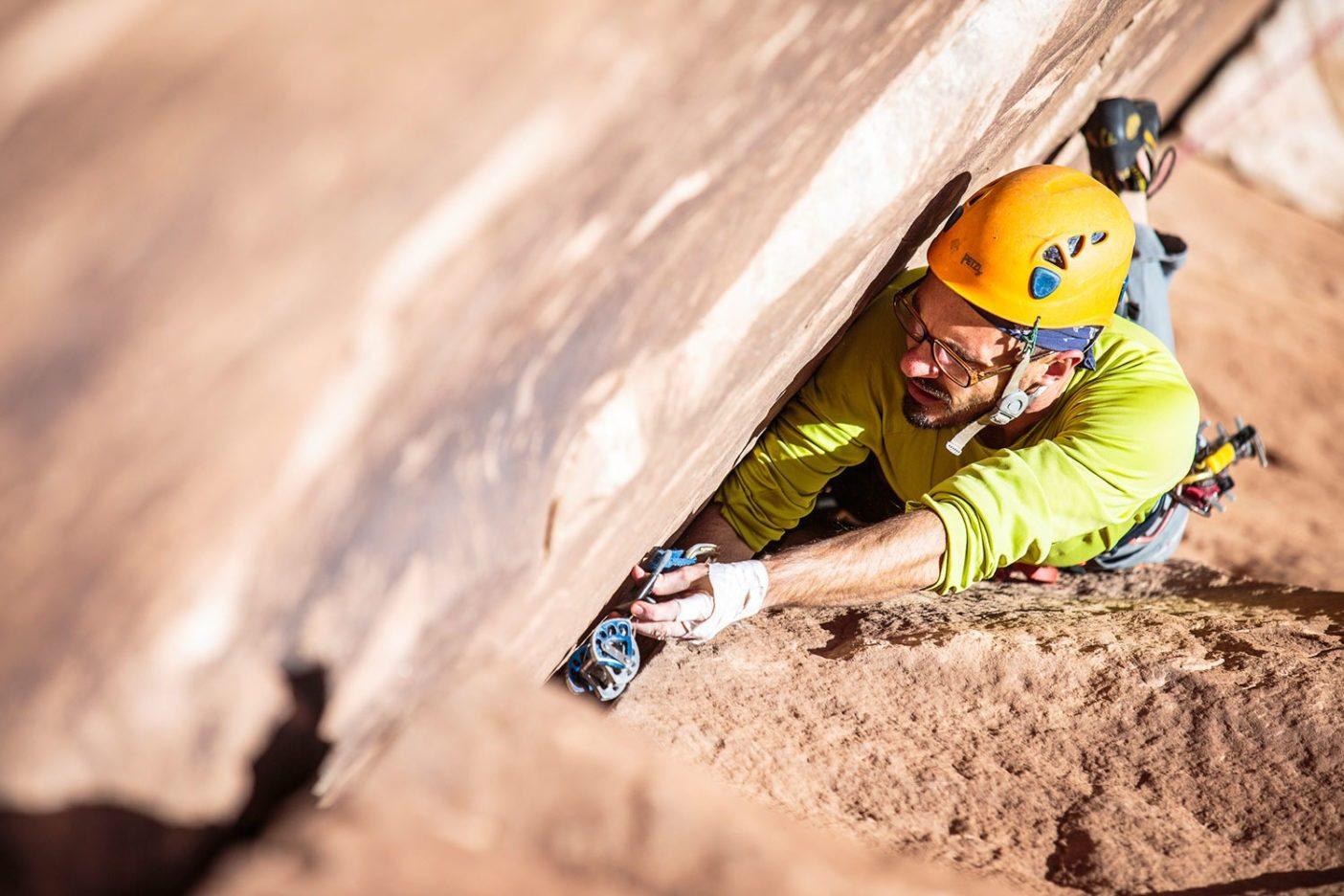 ベアーズ・イヤーズ内のインディアン・クリークにてまたもやクラックを登るアクティビストでクライマーのジョシュ・ユーイング。Photo: Mikey Schaefer