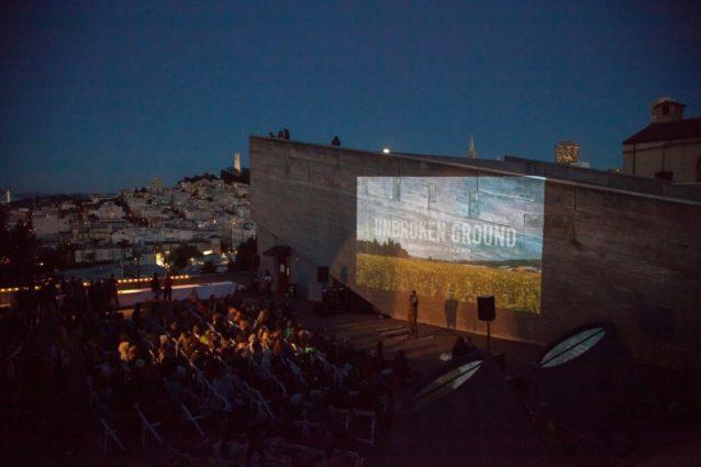 サンフランシスコに満月が昇るなか、聴衆に挨拶する映画監督クリス・マロイ。Photo: Amy Kumler