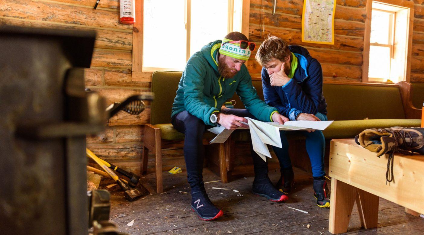 外が摂氏マイナス30 度に近いときは、できるだけ時間をかけて地図と相談するのも悪くない。今後のルートをゆっくりと練るタイ・ドレイニーとルーク・ネルソン。ワイオミング州ソルト・リバー山脈 Photo: Fredrik Marmsater