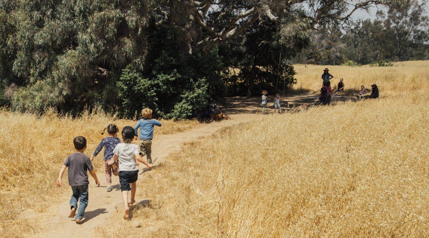 「ジャガーがシカをつかまえた」ごっこをして遊ぶ園児たち。青い服を着た男の子が「シカ」になることを選び、複数の「ジャガー」たちがそれを追いかけている。やがて演劇的な趣向たっぷりのなか、シカは捕まり食べられてしまうのだが、シカが「やめて」と言った途端、この遊びは終わりとなった。Photo: Kyle Sparks