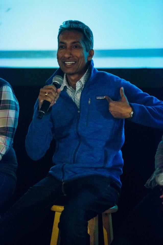 彼が監督するスリランカの工場で製造されるパタゴニア製品のひとつ、ベター・セーターをお披露目するチャマラ・デ・シルバ。このイベントに参加するため遠方から来てくれたチャマラとヴィノッドに感謝。Photo: Kyle Sparks