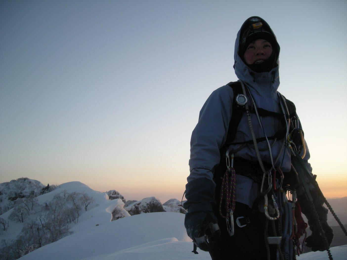 戸隠の稜線にて朝日を迎える。2009年3月 写真:鈴木啓紀