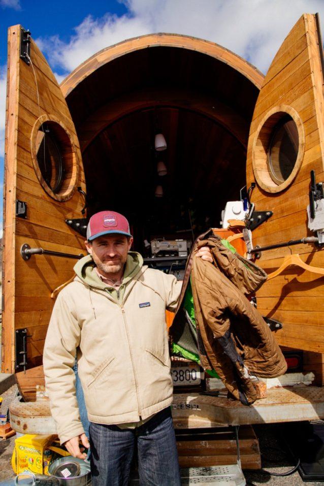 マイキー・シェイファー、Worn Wear で修理。オレゴン州スミス・ロック Photo: Donnie Hedden