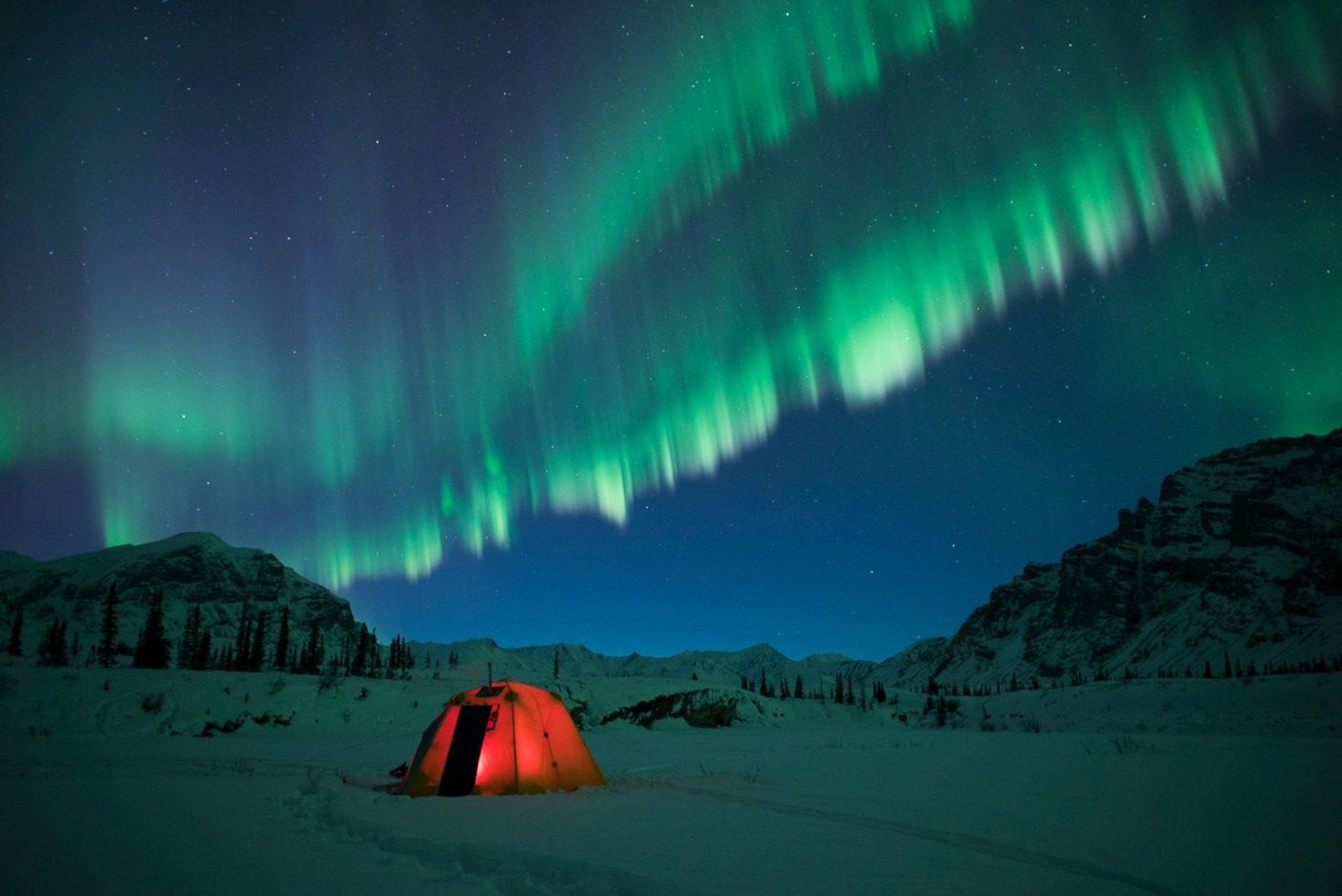 北極圏国立野生生物保護区には比類ない野生の世界が広がり、バックパッキング、キャンプ、クライミング、フィッシングなどの機会を提供している。保護区内には電話線はなく、携帯電波も届かない。キャンプ場やレンジャーステーションも設置されていない。その野生的な自然と過酷な状況になりうる可能性のなかでは自立精神は不可欠であり、必ず真のアドベンチャーを体験できるだろう。Photo: Florian Schulz
