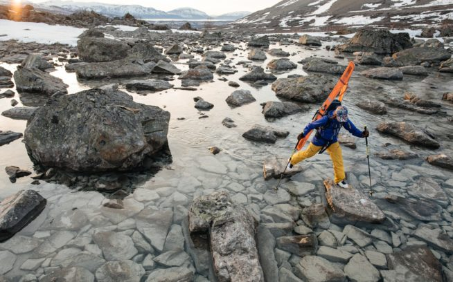 リア・エヴァンスが渡るのは、 シーズン末のリンゲン・アルプスで液体と 化した雪原。ノルウェー。Photo: Garrett Glove