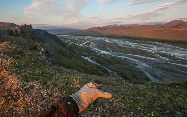 コンガクット川を下りはじめて9日目の夜、北極海の一端を見ようと、何人かでキャンプ上にある尾根を上った。白夜が景色をパステルに染め、早くも私たちを夢の国へと送り込んだ。Photo: Nathaniel Wilder
