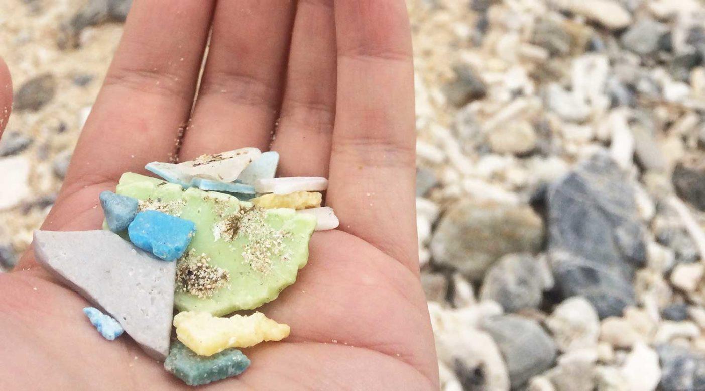 沖縄北部の嘉陽の浜で拾ったマイクロプラスチック。写真:赤井絵理
