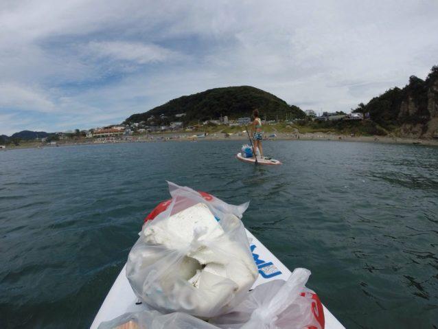 いつもの遊び場である葉山の長者ヶ崎でサップしながら浮遊ごみ回収。写真:赤井絵理
