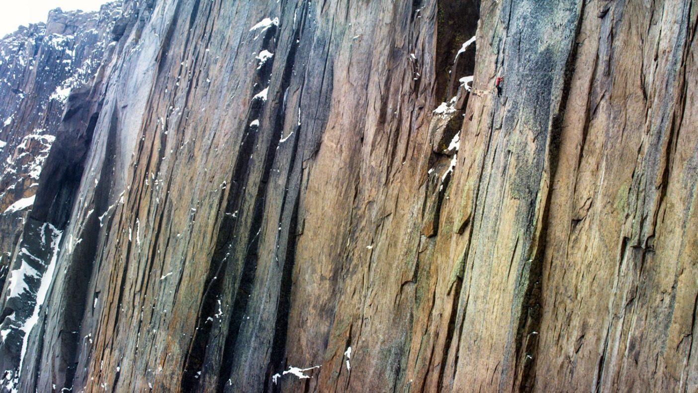 寒さという大海原に燃える一筋の炎。ロングス・ピークの ザ・ダイアモンドで、嵐と格闘しながら 5.14a /標高約 4,270 メートル地点の「ダン/ウエストベイ・ ダイレクト」を登るジョシュ・ワートン。コロラド州ロッキー・ マウンテン国立公園 Photo: Chris Alstrin