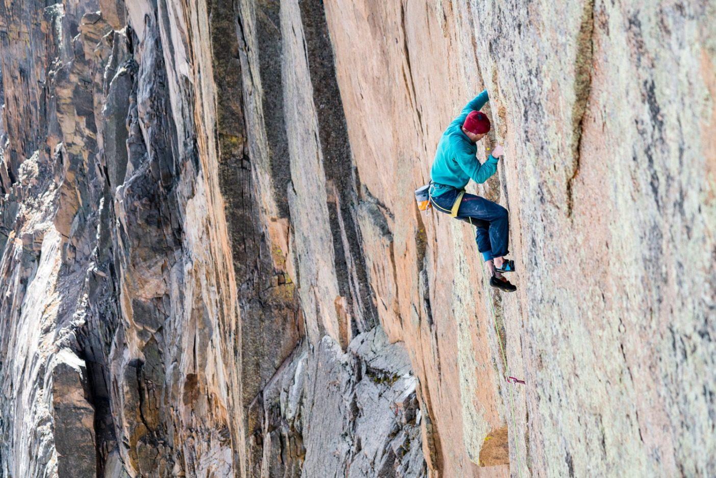 「ダン/ウエストベイ・ダイレクト」のジョシュ・ワートン。コロラド州ロッキー・マウンテン国立公園のロングス・ピークのザ・ダイアモンド Photo: John Dickey