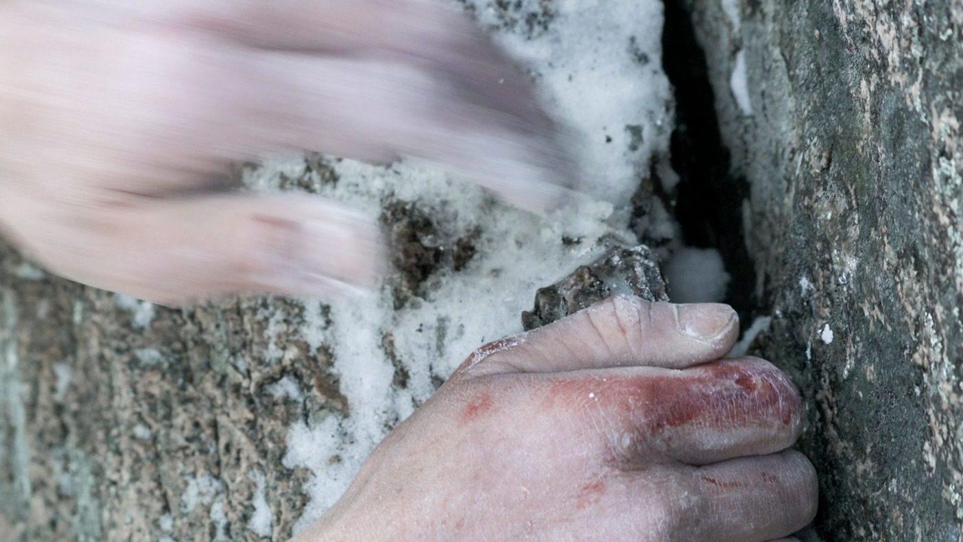 極寒のピッチのひとつひとつで、そして氷でふさがれた最後のガバに いたるまでに、すべてをもぎ取った 5.14a。Photo: John Dickey