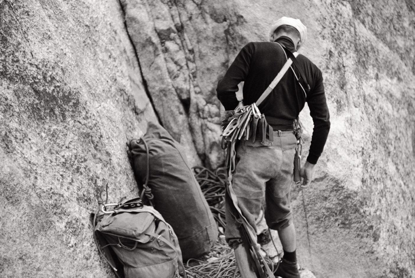 エル・キャピタン初の単独登攀に着手するロイヤル・ロビンス。カリフォルニア州ヨセミテ。1968年 Photo: Glen Denny