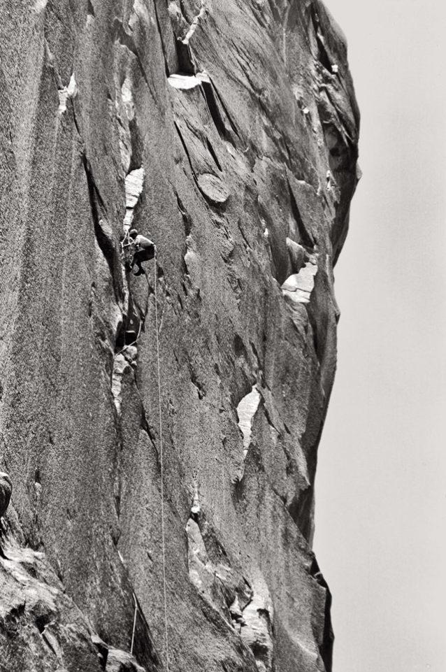 ワシントン・コラムの「プラウ」を初登するロイヤル・ロビンス。カリフォルニア州ヨセミテ。1969年 Photo: Glen Denny