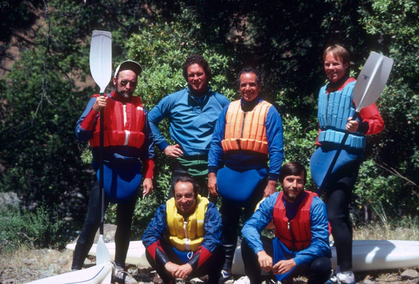 後列:ロイヤル・ロビンス、ケン・ケロウィッツ、ダグ・トンプキンス、ピート・バックリー。前列:イヴォン・シュイナード、トム・マンチョ。カリフォルニア州トウラミ・リバー。1981年。Photo: Rob Lesser