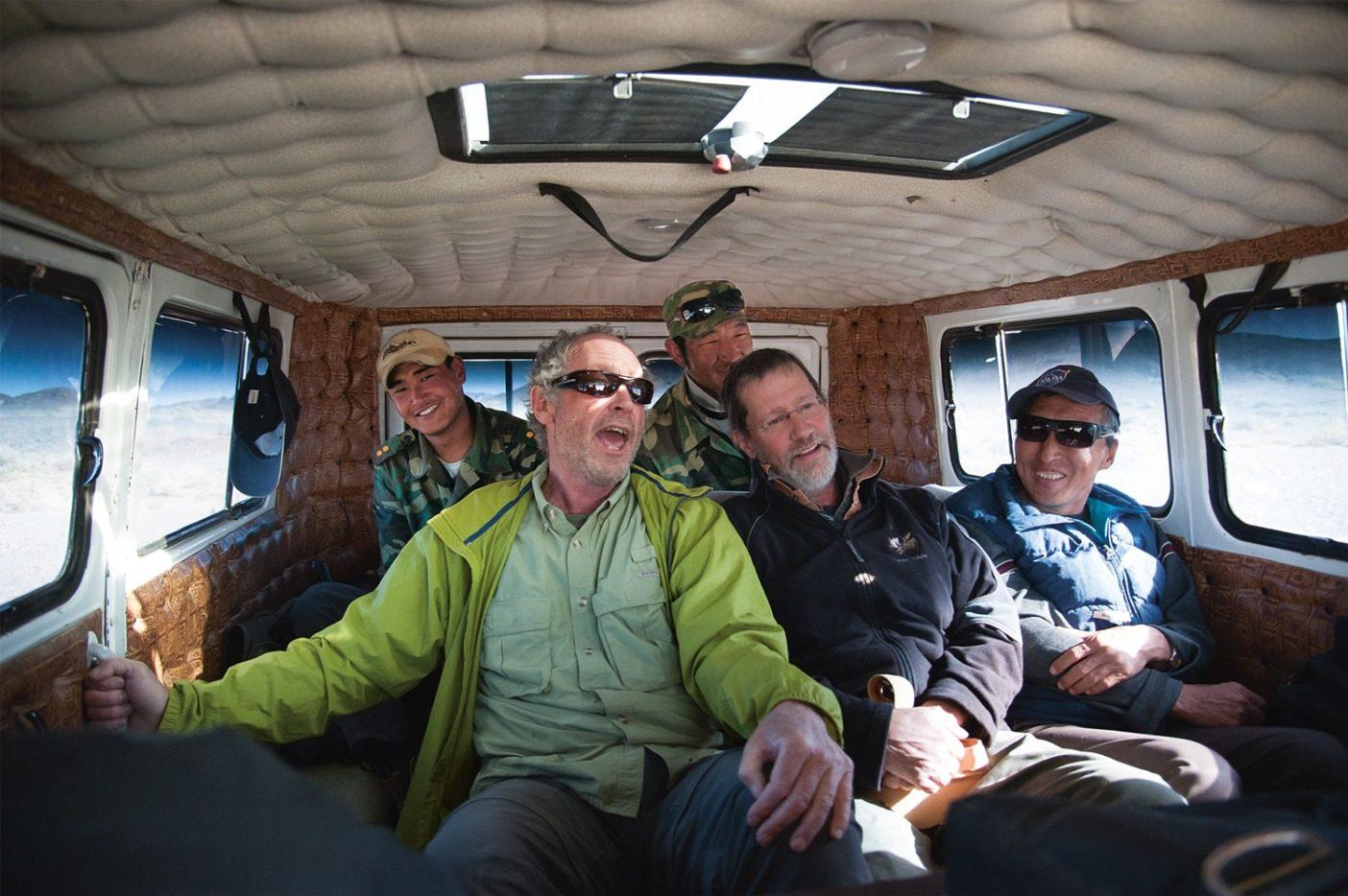 クマの生息範囲を調べるために長時間の旅へ出るときは、モンゴルのバラードとアメリカン・ロックが興味深く混じり合った音楽を聴くことができる。というよりも、実際はそれから逃れることができない。Photo: Joe Riis