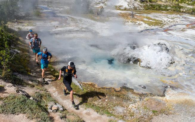 5 日間で 225 キロ メートルを走る旅には、類い稀な 地形がたっぷり含まれている。 ショショーニ・ガイザー・ベースン を駆け抜けるケイティ・ミラー、 ボー・フレッドランド、ウォーカー・ファーガソン、ジャスティン・ アングル。ワイオミング州イエローストーン国立公園 Photo: Fredrik Marmsater