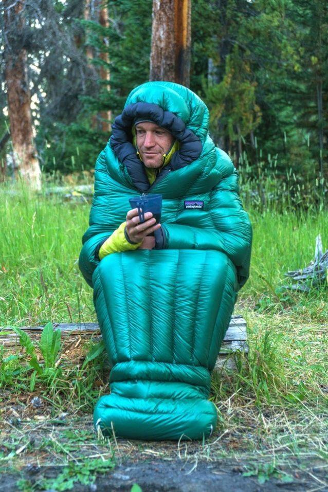 ラマー・リバー近くでのキャンプで朝のコーヒーを楽しむウォーカー・ファーガソン。Photo: Fredrik Marmsater