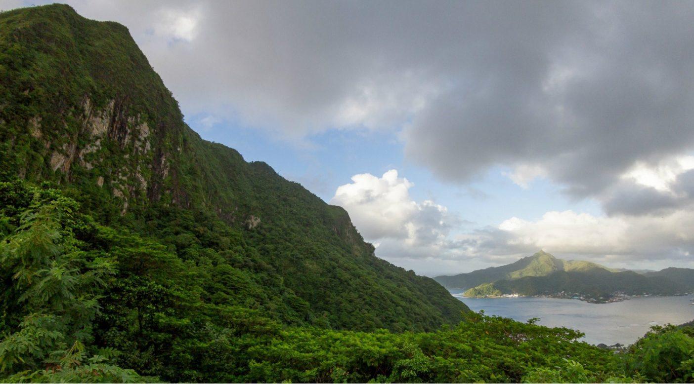 アメリカ領サモアのトゥトゥイラ島のレインメーカー・マウンテンをうっそうとした熱帯雨林が覆う。Photo: John Bilderback
