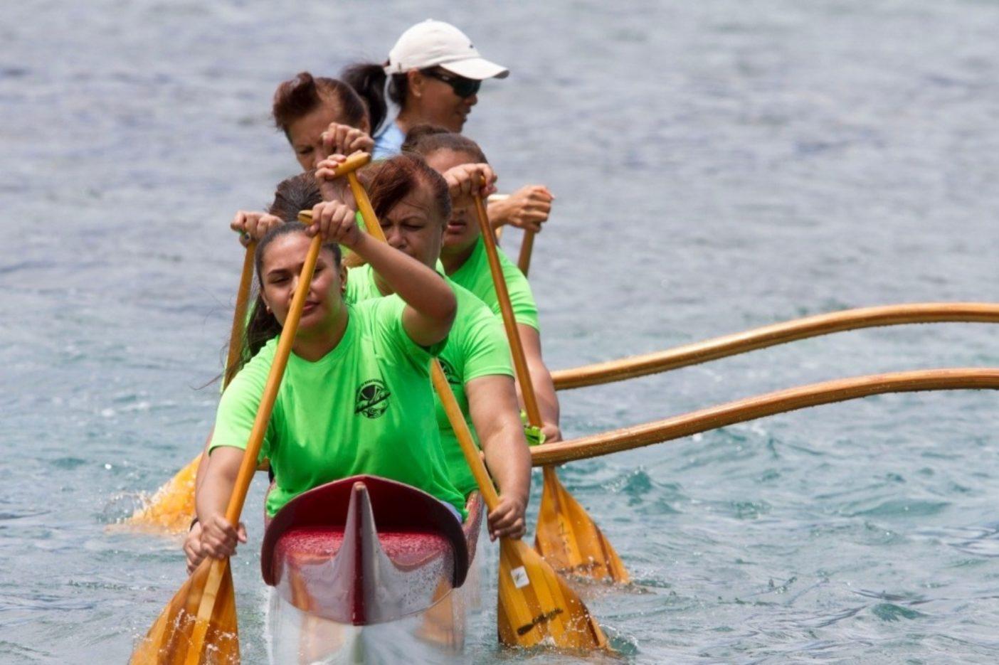 ポリネシアを統一する理念である「ひとつになってパドリング」の鍛錬に励む地元のパドラータチ。Photo: John Bilderback