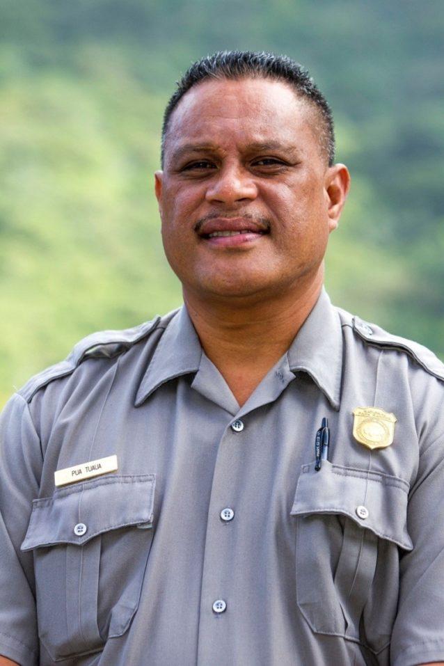乗組員を熱帯雨林に案内した国立公園レンジャーのプア・トゥアウア。このあと彼は、地元の子供に自分たちの家である島を大切にすることを教えるという、毎日の主要業務に戻った。Photo: John Bilderback