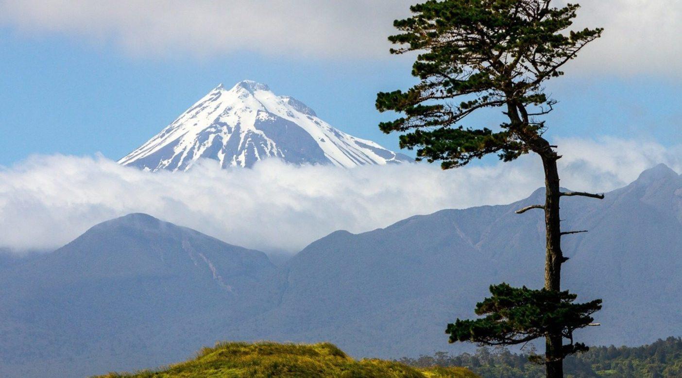マオリ族はニュージーランドをアオテアロアと呼び、その意味は「白雲が長くたなびく地」だ。マウント・タラナキ、ニュージーランド北島 Photo: John Bilderback