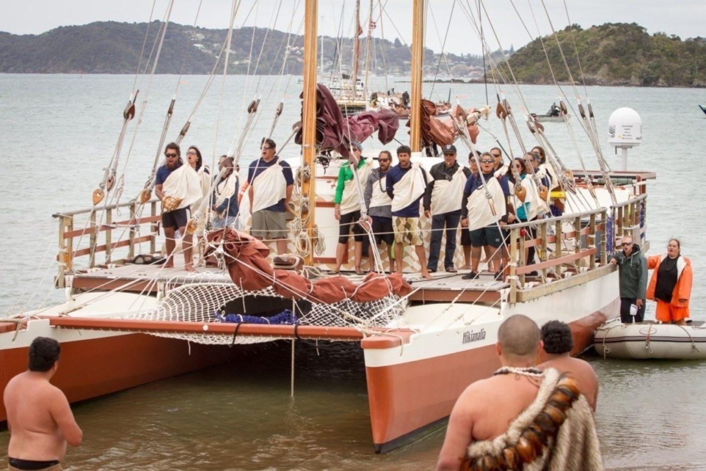 ワイタンギに到着するホクレア号の伴走カヌー、ヒキアナリア号。船長と乗組員は慎みを示す詠唱「メレ・カヘア」を歌いながら新たな地への入港許可を求める。この詠唱は世界航海中どの港でも歌われてきた。Photo: John Bilderback
