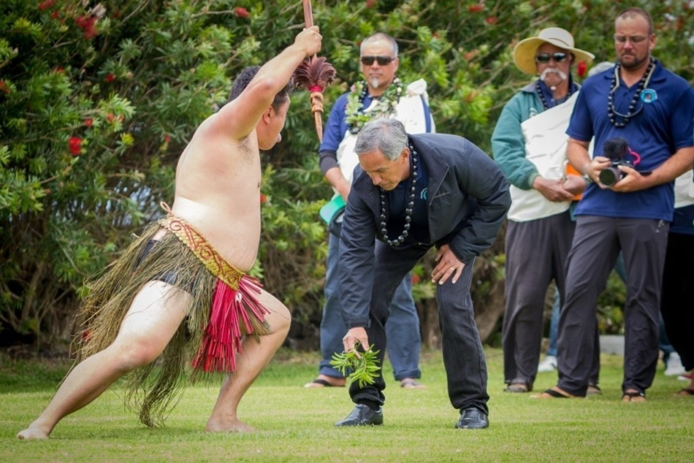 乗組員が上陸するとハカがはじまる。1人のマオリがハワイからの訪問者への挑戦として草を置く。ナイノア・トンプソン船長は戦士が進撃するなか、それを果敢に拾い上げる。Photo: John Bilderback