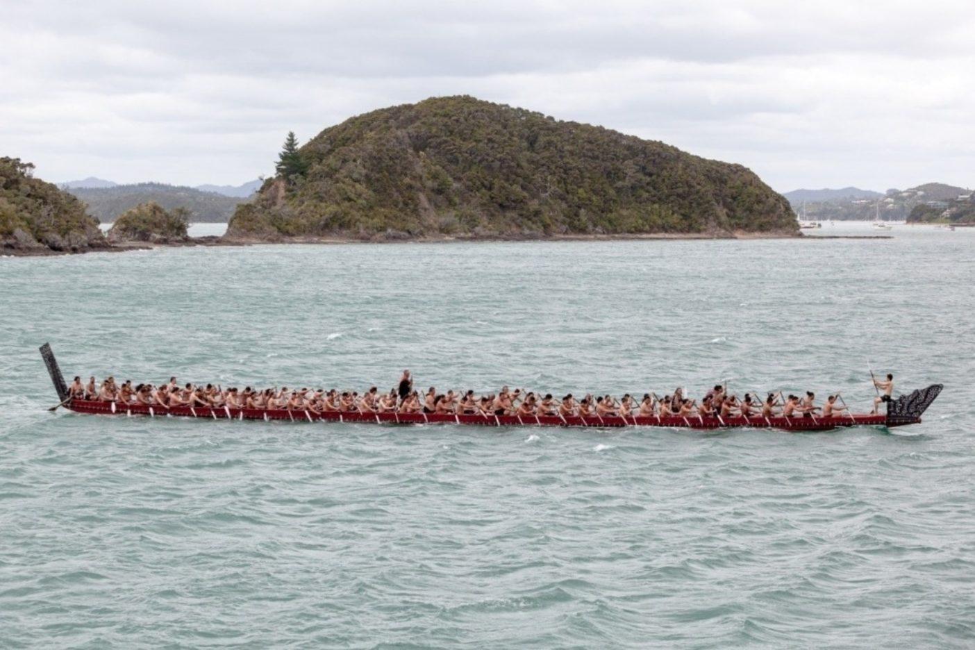 80人のパドラーが漕ぐ儀式用の戦いのカヌー、「ンガトキマタワオルア」がヒキアナリア号とホクレア号をワイタンギまで伴走した。Photo: John Bilderback