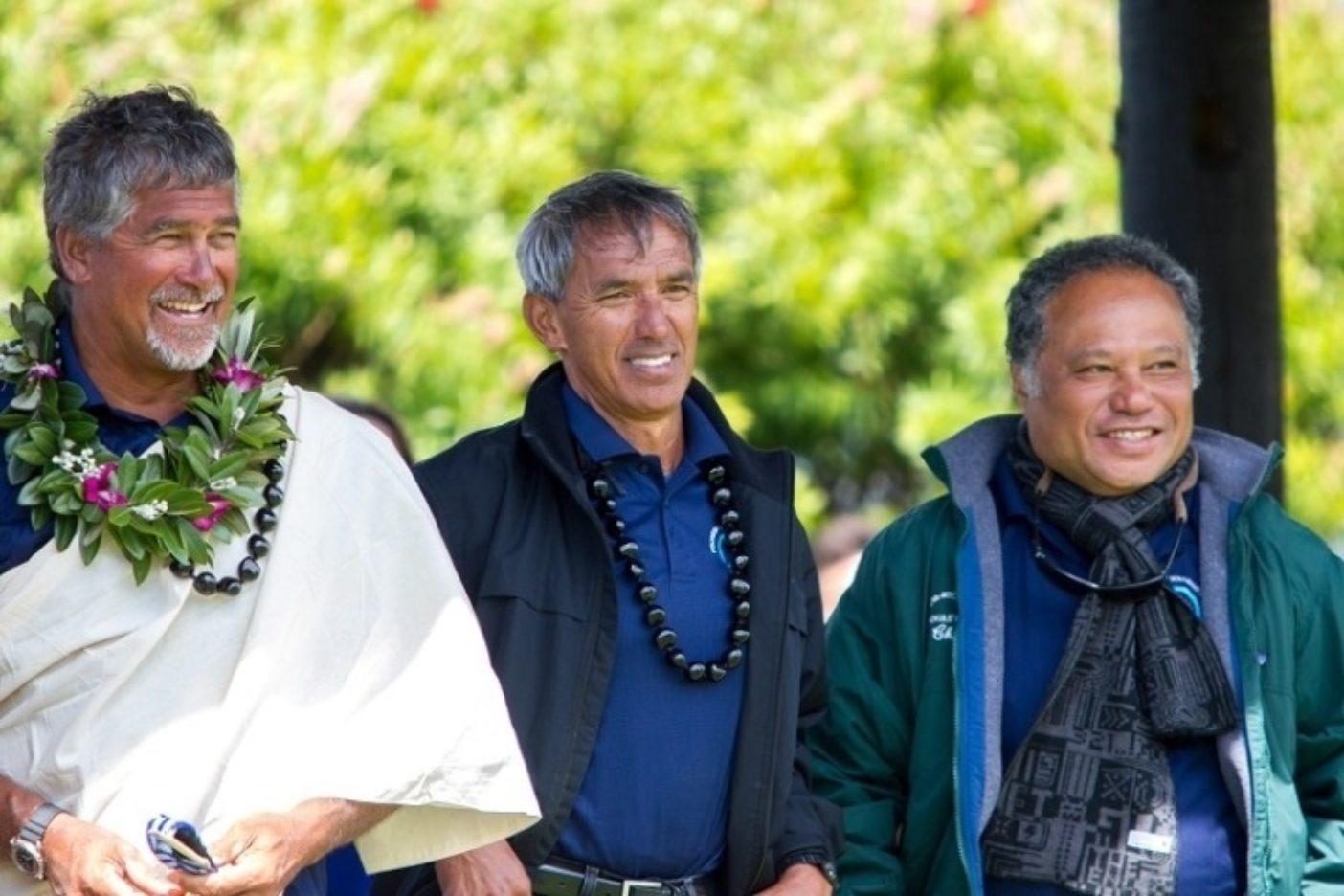 アオテアロア(ニュージーランド)のワイタンギでの到着式典に参加する、ポゥ航法師でありホクレア号の船長であるブルース・ブランケンフェルド、ナイノア・トンプソン、カレパ・バイバイヤン。Photo: John Bilderback