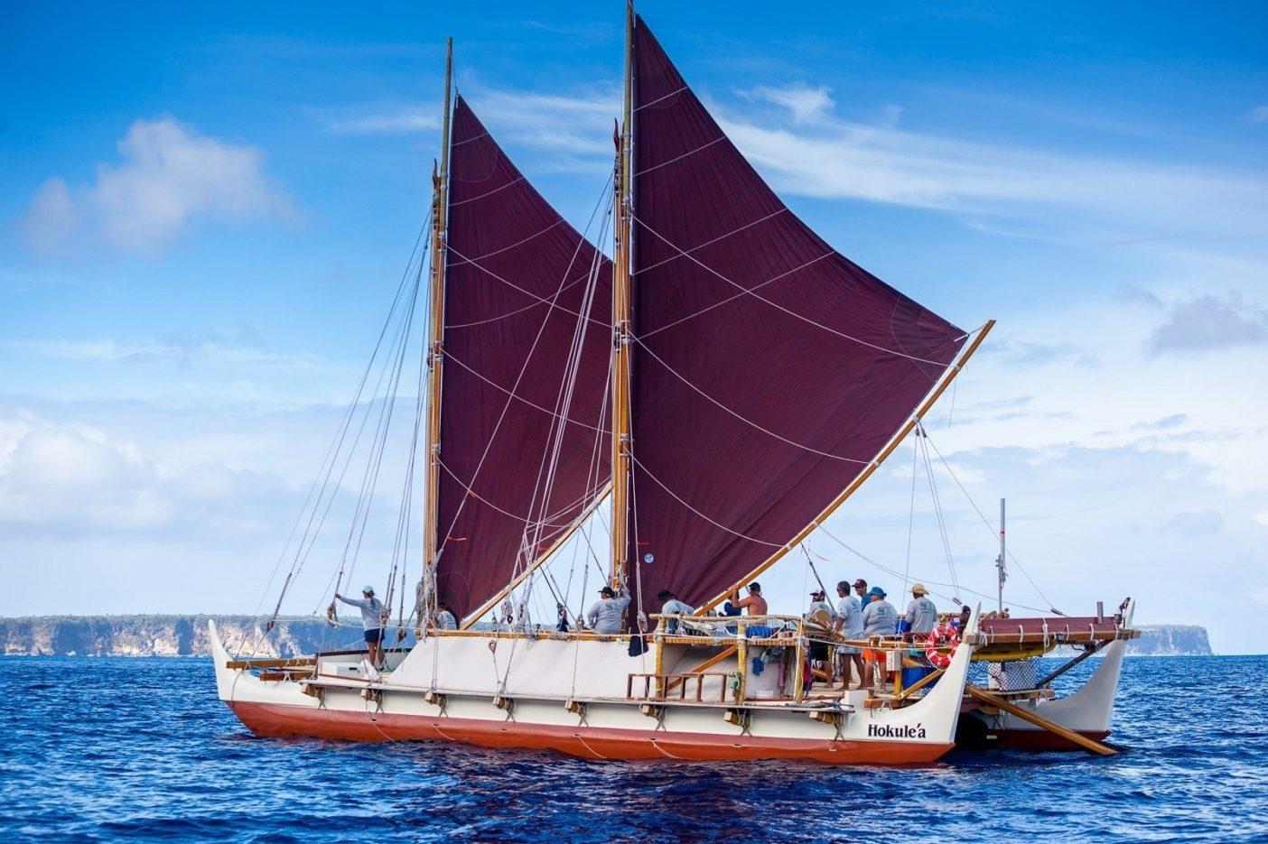 40年以上航海をつづけてきたホクレア号は、ポリネシア全域のコミュニティで航海カヌーの復興に火をともした。Photo: John Bilderback