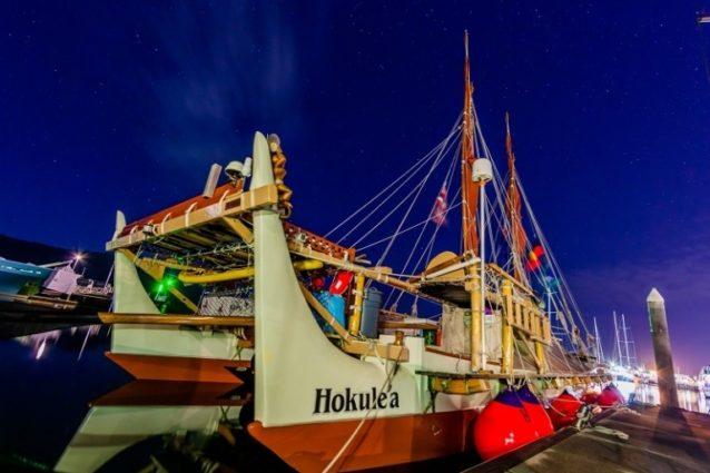 オーストラリアのケアンズで風を待つホクレア号。Photo: John Bilderback