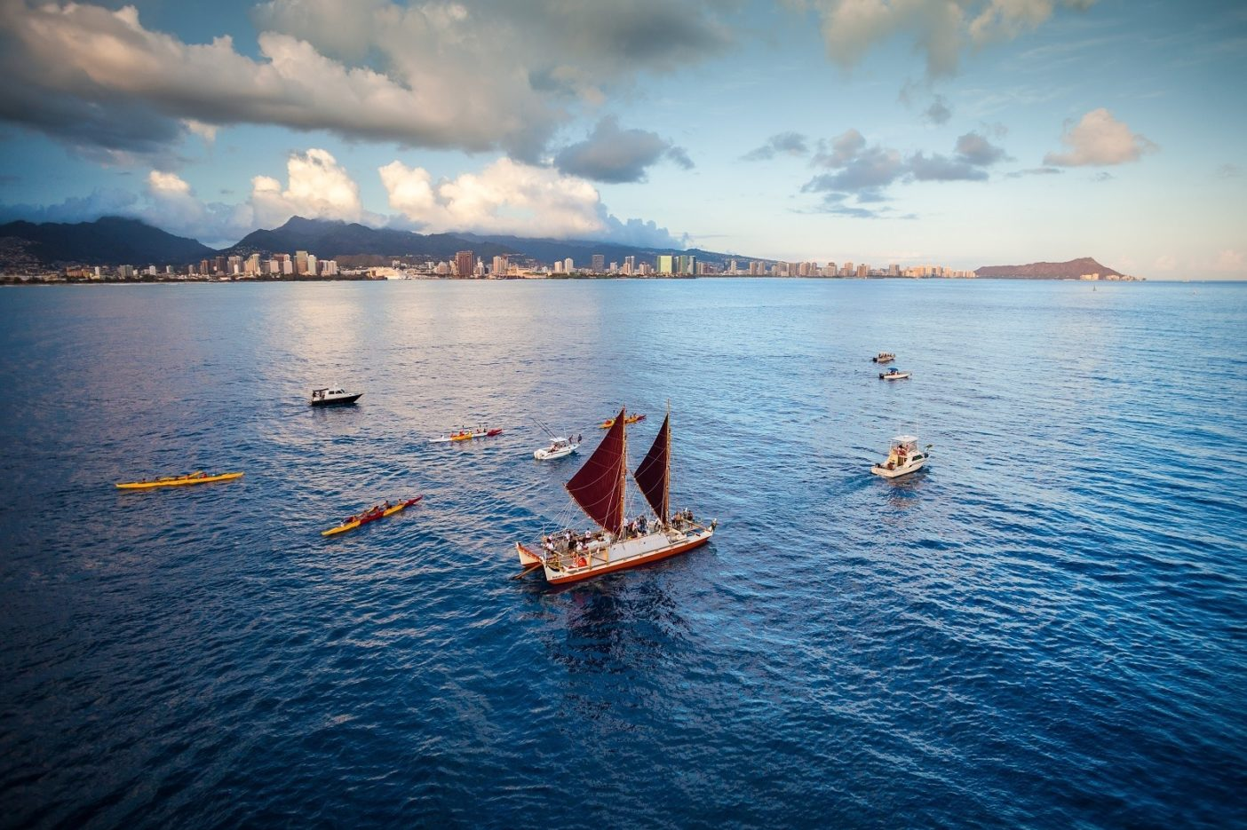 世界航海を前にハワイでの最終港となるヒロへ向かってホノルルを発つホクレア号。Photo: John Bilderback