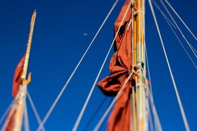 ヒロでマストのずっと上方にある月を見ながら、航海士たちは船を進水させて帆を広げる適時のサインを待つ。Photo: John Bilderback