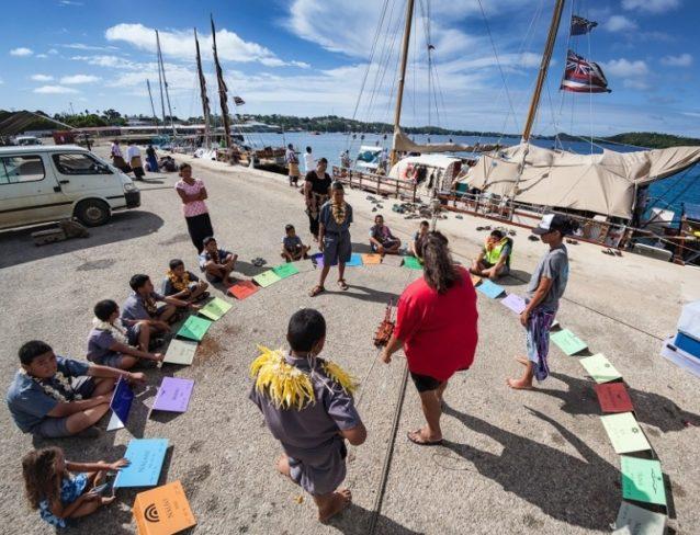 地元の子供たちにハワイのスター・コンパスの指針の原則を教える、ポゥ航法師チャド・オノヒ・パイションの妻ポマイ・バーテルマン。Photo: John Bilderback