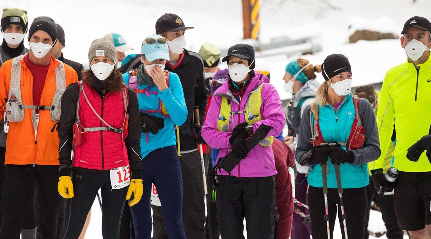 2017年のランニング・アップ・フォー・エアーのスタートラインに一斉につく参加者たち。このイベントで集まった資金は〈ブリーズ・ユタ〉に寄付される。イベント当日は、空気は驚くほど澄んでいたが、大気汚染が酷い日にマスクをかける人たちとの結束を示すために参加者はスタート地点でマスクを着用した。Photo: Andrew Burr