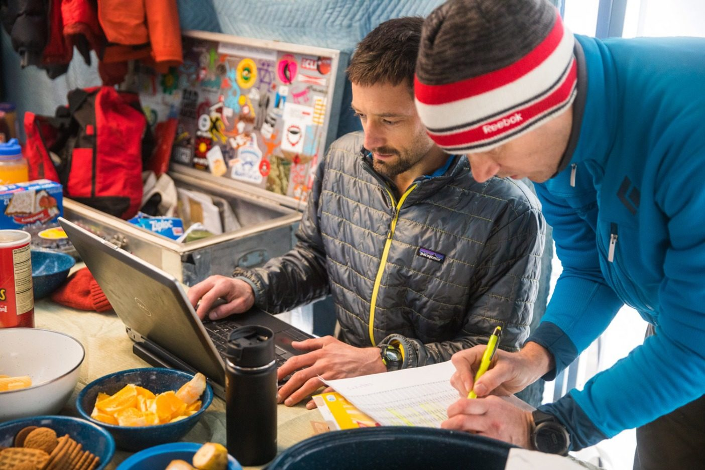 グランデュアー・ピークをせっせと周回するランナーたちを追跡するRUFAの創始者ジャレッド・キャンベル(左)。Photo: Andrew Burr