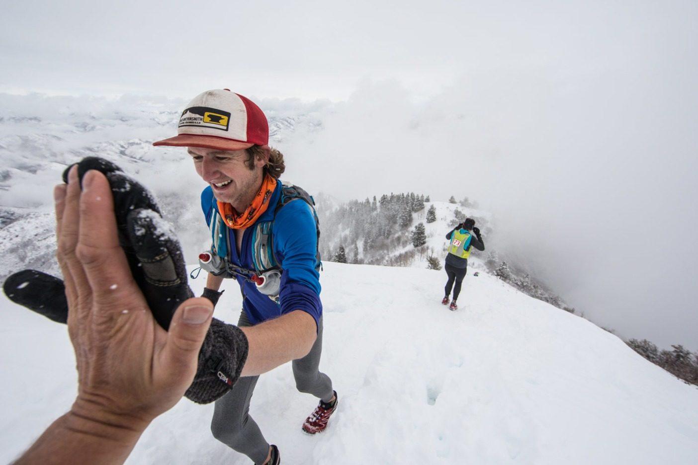 グランデュアー・ピークの頂上で感じられた良い大義のための良い雰囲気。Photo: Andrew Burr