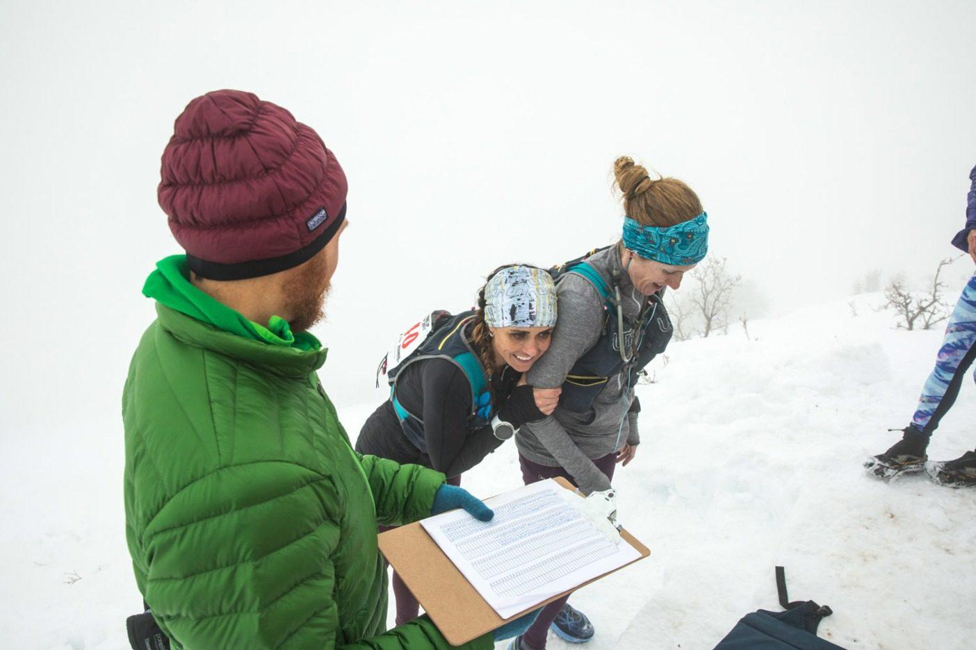 頂上での笑いは次に控えている下山のあいだも興奮を持続させてくれる。Photo: Andrew Burr