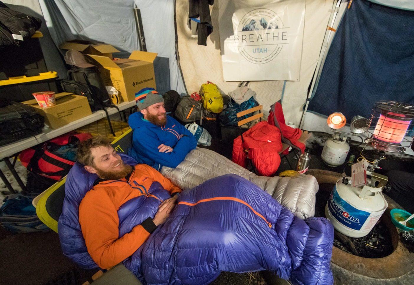 夜が更けるなか、暖かく過ごすルーク・ネルソンとタイ・ドレイニー。Photo: Andrew Burr