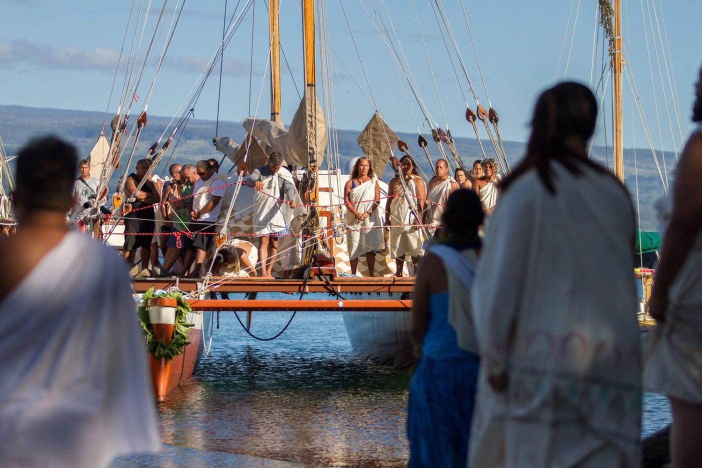 ヒロでメレを歌うヒキア ナリア号の乗組員。ヒキアナリア 号は伝統航法と近代計器を組み 合わせたハイブリッドのカヌーで、 帆走は古代航法でするものの、 万一ホクレア号の曳航が必要に なった場合にモーターを稼働 できるよう、16 枚のソーラーパネルを備えている。ヒキアナリアとは スピカのハワイ名で、ホクレア(アークトゥルス)に沿ってハワイの空に昇る姉妹星のこと。Photo: John Bilderback