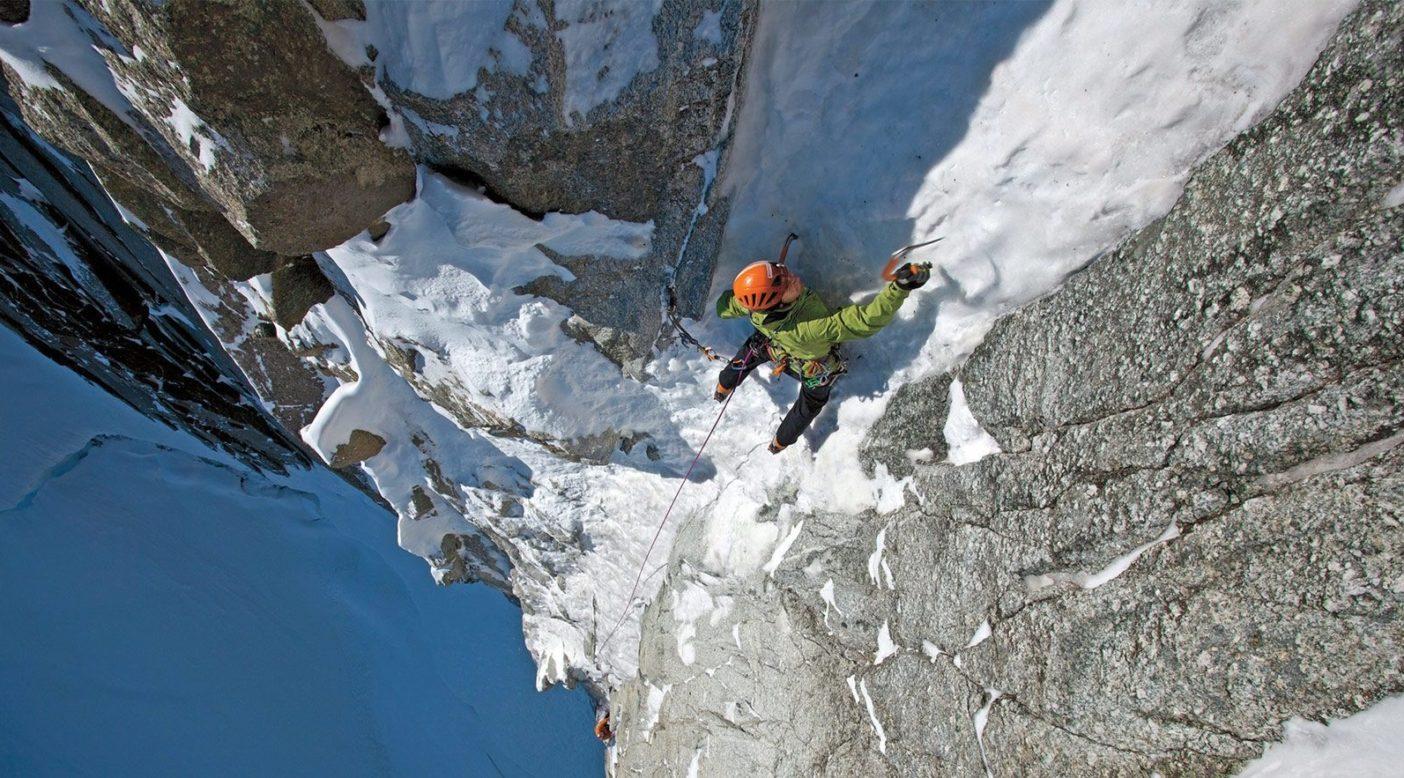 フレンチ・アルプスのモンブラン・デュ・タキュール(4,248メートル)のスーパークーロワールを登るウーリー・ステック。Photo: Jonathan Griffith