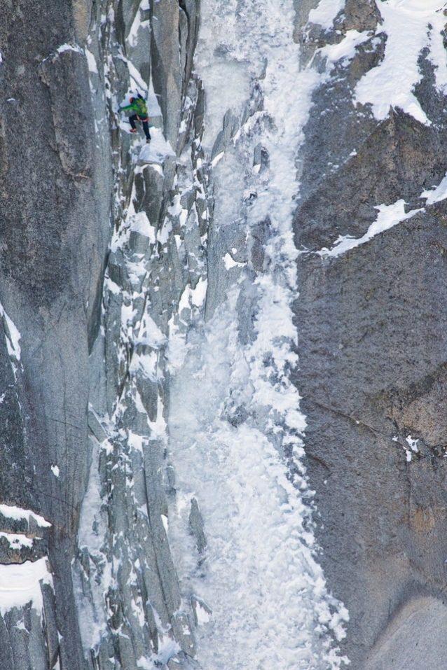 フランス、シャモニの近く、ドロワットの北壁の「ジャント」を登るウーリー・ステック。Photo: Jonathan Griffith