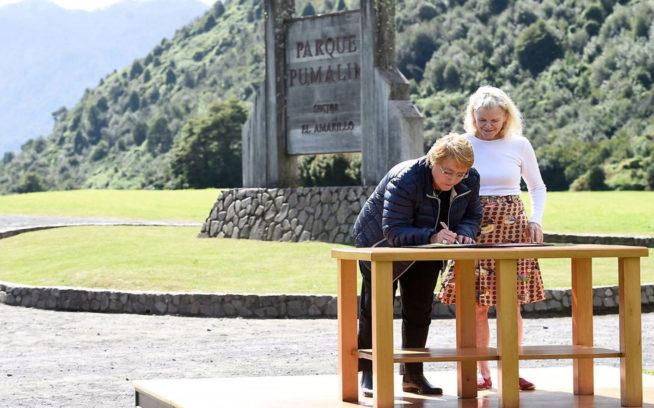 チリに1,000万エーカー以上の新たな国立公園を作る誓約書に署名するチリ大統領ミシェル・バチェレとクリス・トンプキンス。写真:チリ政府