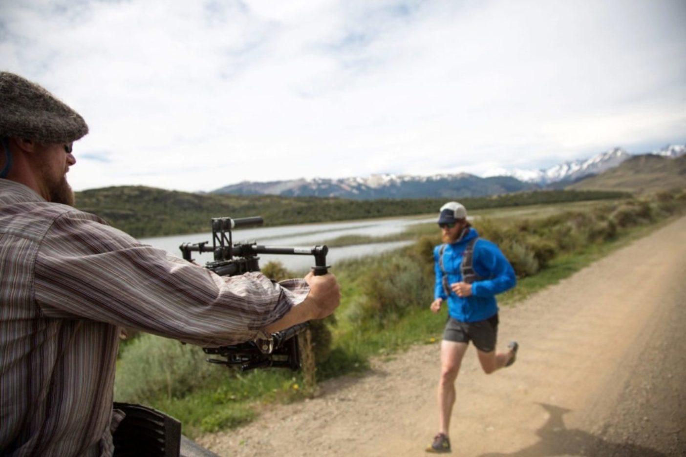 トレイルランニングと自然保護の映画『マイル・フォー・マイル』撮影中のルーク・ネルソン。Photo: James Q Martin