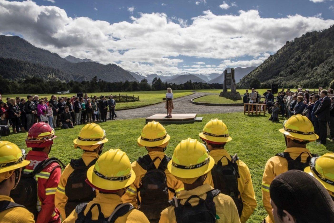 署名儀式で集まった人びとに挨拶するクリス・トンプキンス。Photo: Jimmy Chin
