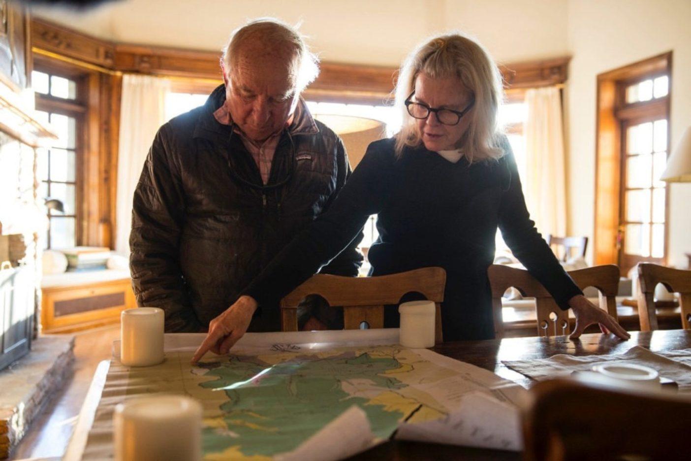 パタゴニア公園の地図をおさらいするイヴォン・シュイナードとクリス・トンプキンス。Photo: Jimmy Chin